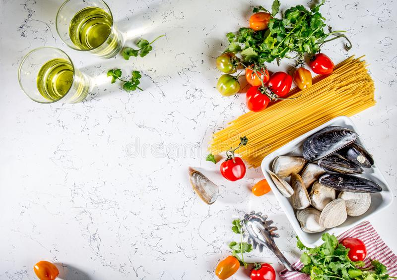 Składniki dla kulinarnego spaghetti z owoce morza Łuska musselsa, milczków, vongole, pomidory i białego wino, obrazy stock
