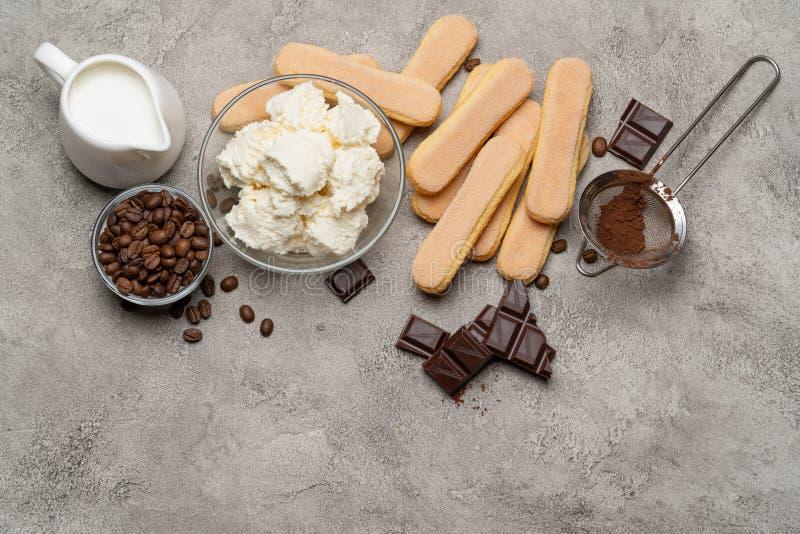 Składniki dla kulinarnego tiramisu Savoiardi biskwitowi ciastka, mascarpone, śmietanka, cukier, kakao, kawa i jajko -, obraz stock