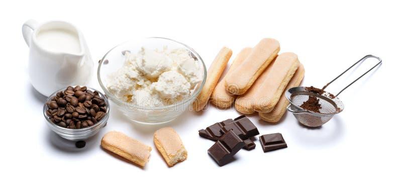 Składniki dla kulinarnego tiramisu Savoiardi biskwitowi ciastka, mascarpone, śmietanka, cukier, kakao, kawa i jajko -, zdjęcie royalty free