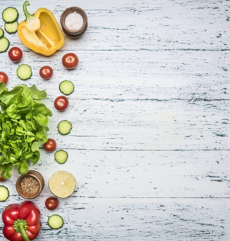 Składniki dla kulinarnej jarskiej sałatki, dzwonkowych pieprzy, ogórków, czereśniowych pomidorów, sałata liści, solankowego i cza zdjęcia royalty free