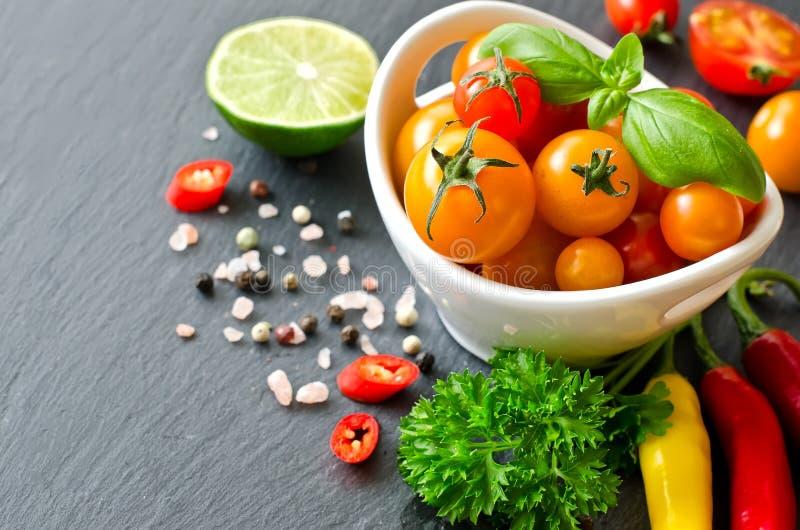 Download Składniki Dla Kulinarnej Sałatki Z Czereśniowymi Pomidorami I Chilis Zdjęcie Stock - Obraz złożonej z chili, posiłek: 57662456