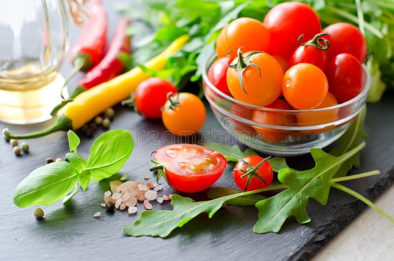 Download Składniki Dla Kulinarnej Sałatki Z Czereśniowymi Pomidorami, Ziele, Chili Zdjęcie Stock - Obraz złożonej z dinner, włoch: 57662434