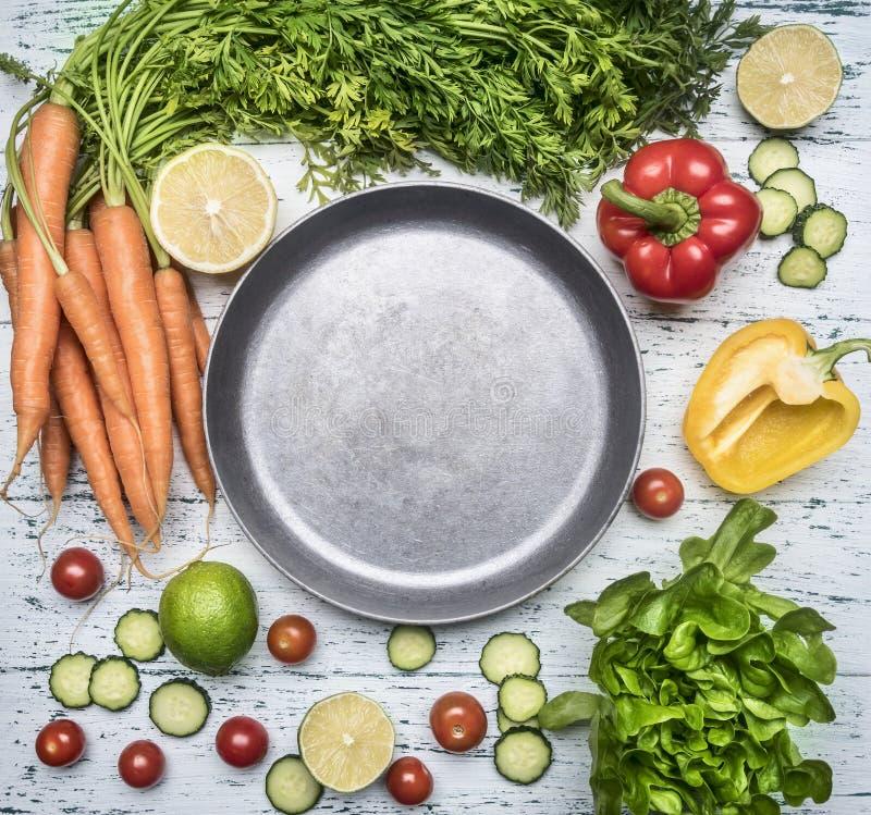 Składniki dla kulinarnych sałatkowych czereśniowych pomidorów, sałaty, pieprzy, pikantność i oleju kłaść out wokoło rocznika smaż zdjęcia stock