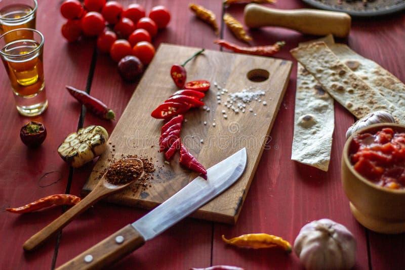 Składniki dla Meksykańskich naczyń drewniana tło czerwień Meksykański jedzenie obraz stock
