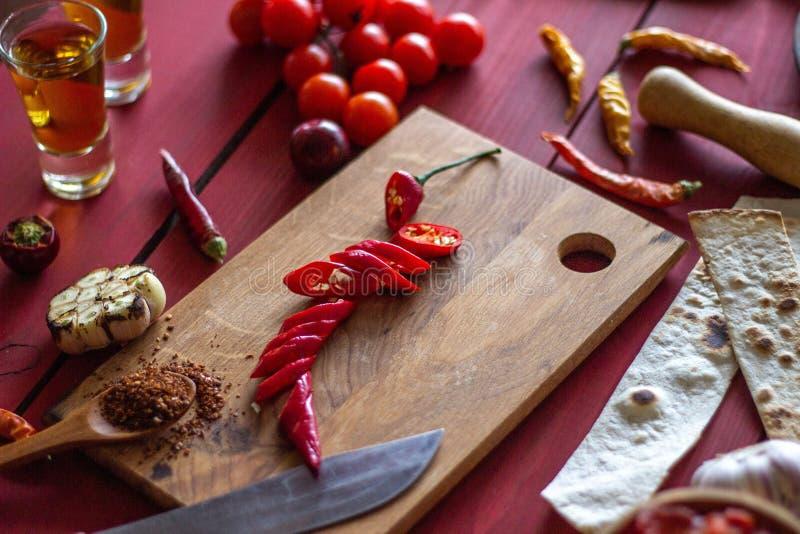 Składniki dla Meksykańskich naczyń drewniana tło czerwień Meksykański jedzenie obrazy royalty free