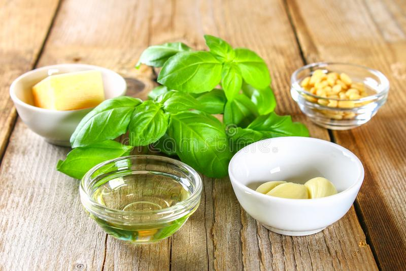 Składniki dla pesto kumberlandu Ser, czosnek, basil, sosnowe dokrętki, oliwa z oliwek fotografia stock