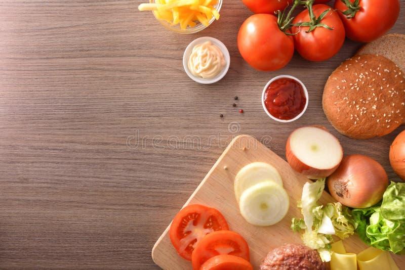 Składniki dla przygotowania domowej roboty hamburgeru odgórny widok zdjęcia stock