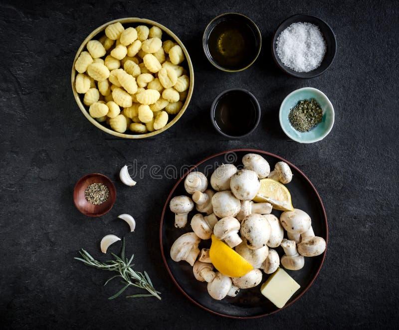 Składniki dla przygotowywać pieczarki i gnocchi naczynie zdjęcia stock