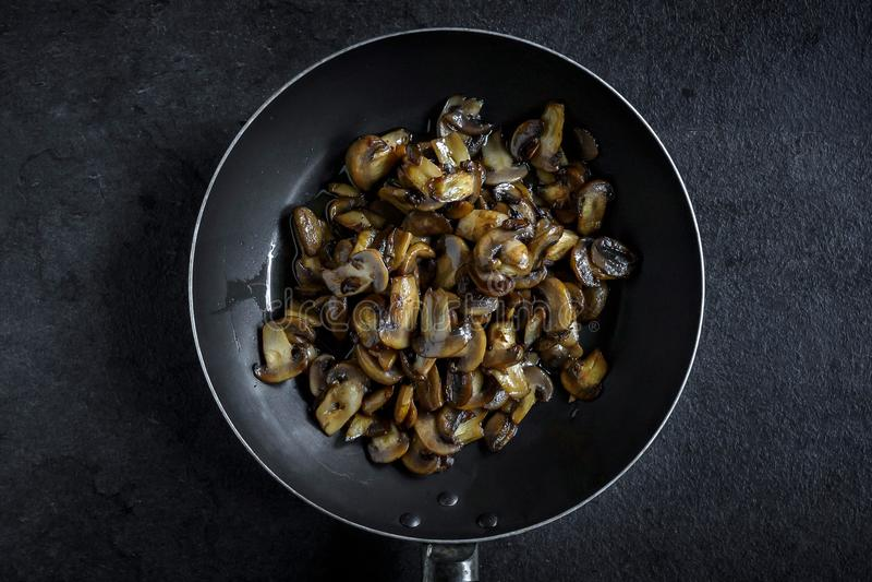 Składniki dla przygotowywać pieczarki i gnocchi naczynie zdjęcie royalty free