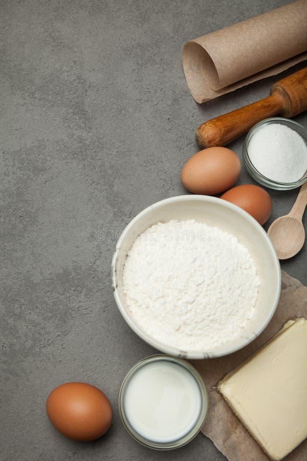 Składniki dla robić ciastu dla pizzy lub makaronu, pionowo zdjęcia royalty free