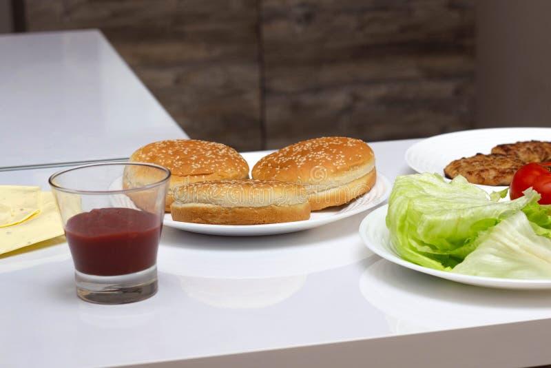 Składniki dla robić fastów food hamburgerom i hamburgerom w domu, w górę zdjęcia royalty free