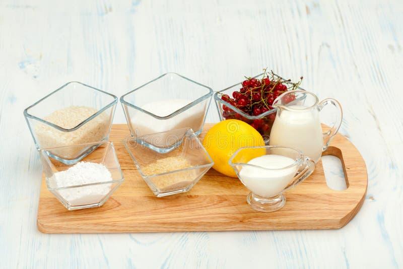 Składniki dla robić ryżowemu puddingowi obrazy stock
