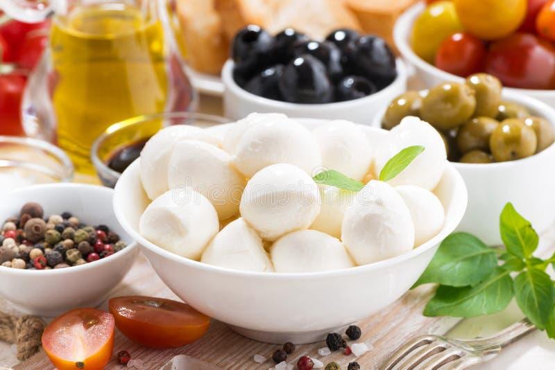 składniki dla sałatki z mozzarellą, zbliżenie, selekcyjna ostrość obrazy royalty free