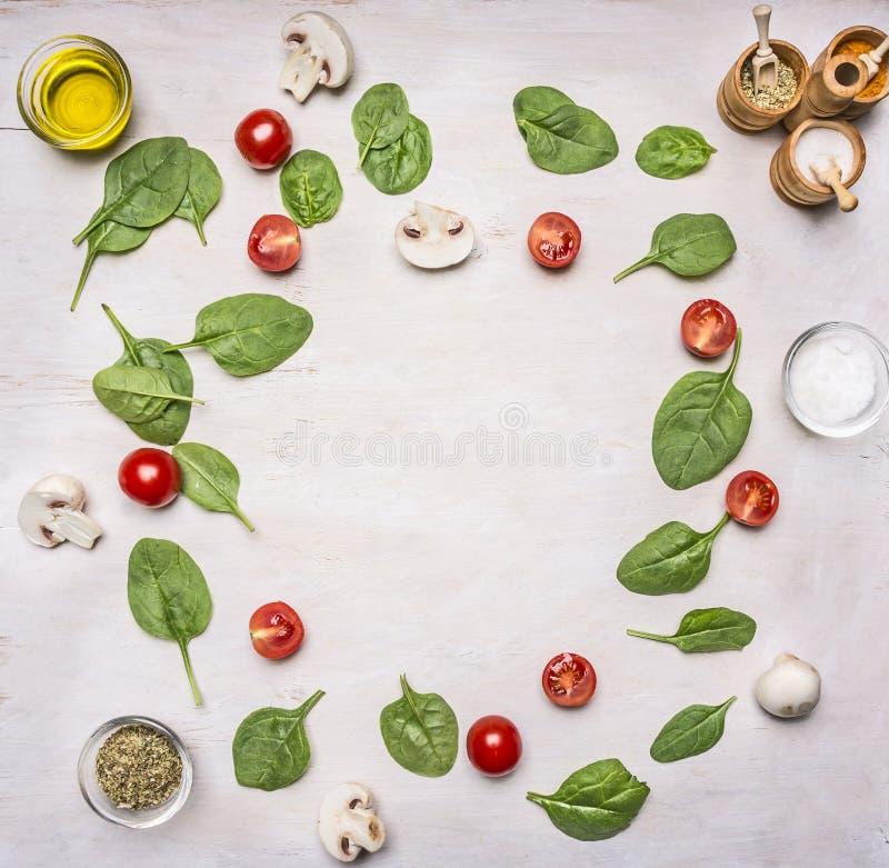 Składniki dla sałatki, ziele seasonings, wykładali ramę na białym nieociosanym tle, rama, przestrzeń dla teksta zdjęcia stock