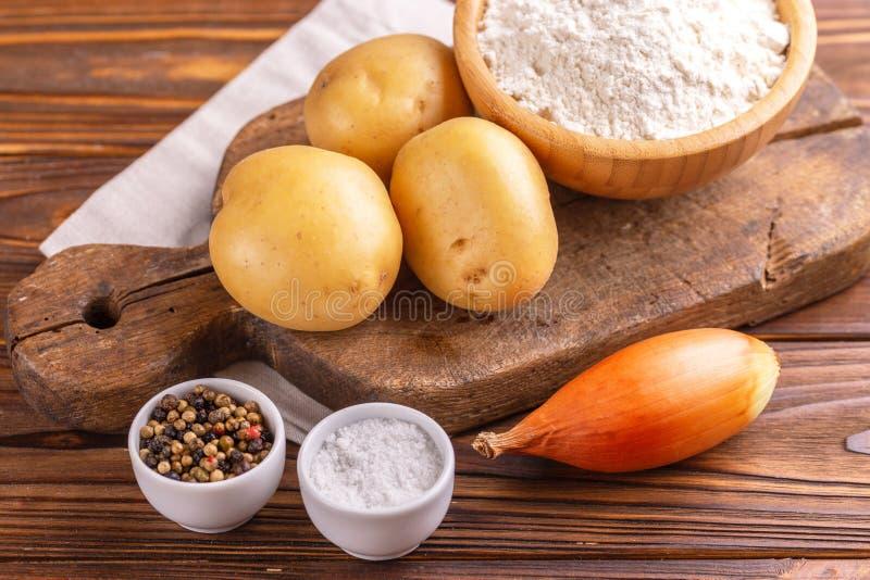Składniki dla tradycyjnych kartoflanych blinów lub latke Hanukkah ce obraz stock
