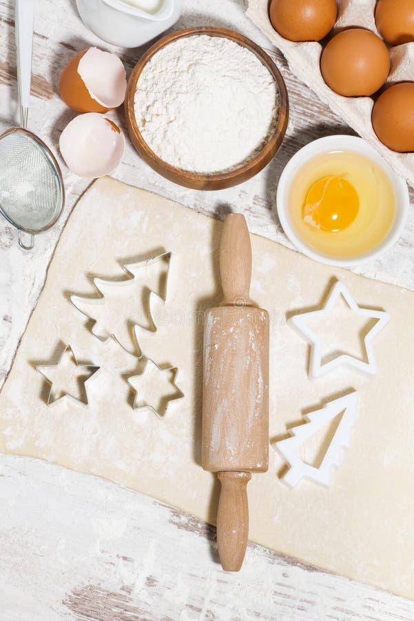 Składniki dla wypiekowych Bożenarodzeniowych ciastek Ciasto, ciastko krajacze zdjęcia stock
