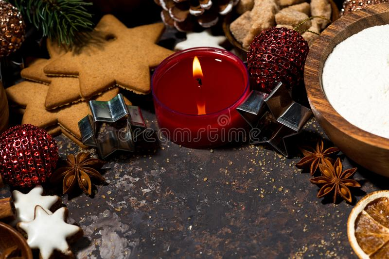 składniki dla wypiekowych Bożenarodzeniowych ciastek i świeczki, odgórny widok obrazy stock