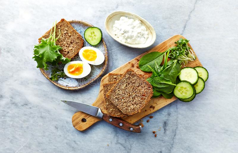 Składniki dla zdrowego domu robić kanapka Żyto chleb, szpinak, młody kale, ogórek, rzodkiew kiełkuje fotografia stock