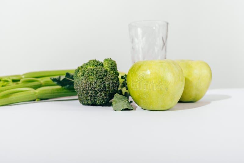 Składniki dla zdrowego zielonego smoothie na bielu stole obrazy royalty free