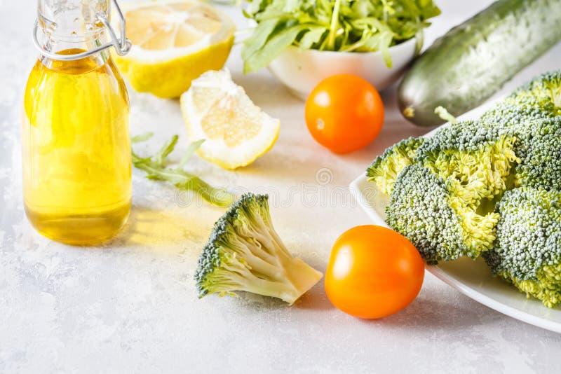 Składniki dla zdrowej jarzynowej sałatki zdjęcie royalty free