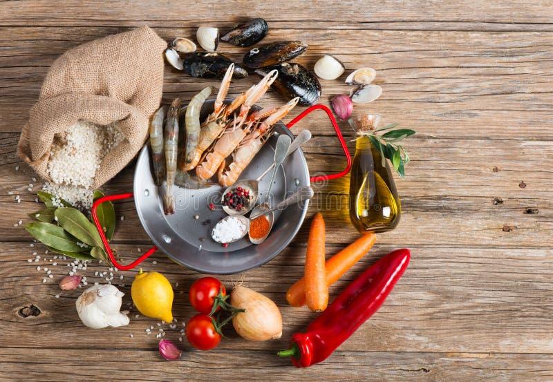 Składniki hiszpański owoce morza paella, odgórny widok obrazy stock