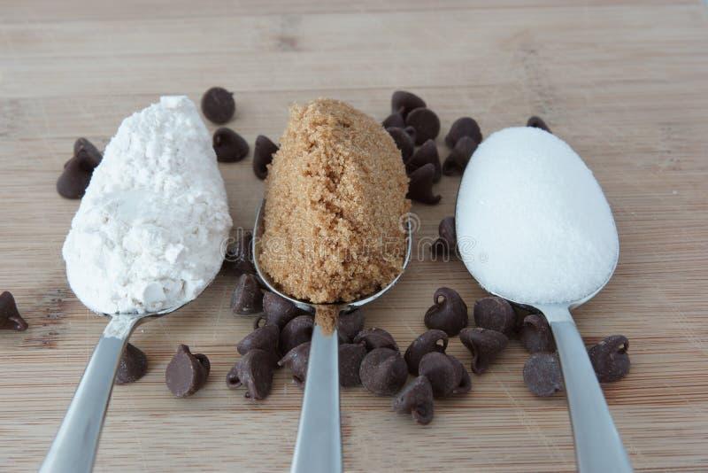 Składniki robić czekoladowego układu scalonego ciastkom zdjęcia stock
