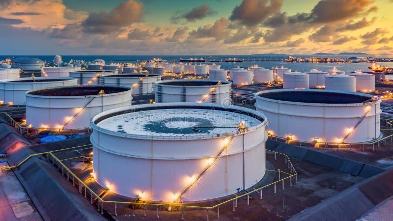 składowanie produktów chemicznych, takich jak ropa naftowa, benzyna, gaz, terminal do składowania ropy naftowej i zbiornikowiec d fotografia royalty free