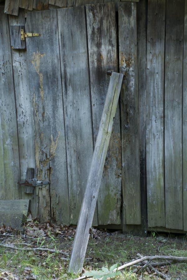 Składowy jaty drzwi z deską podpierającą przeciw mu fotografia royalty free