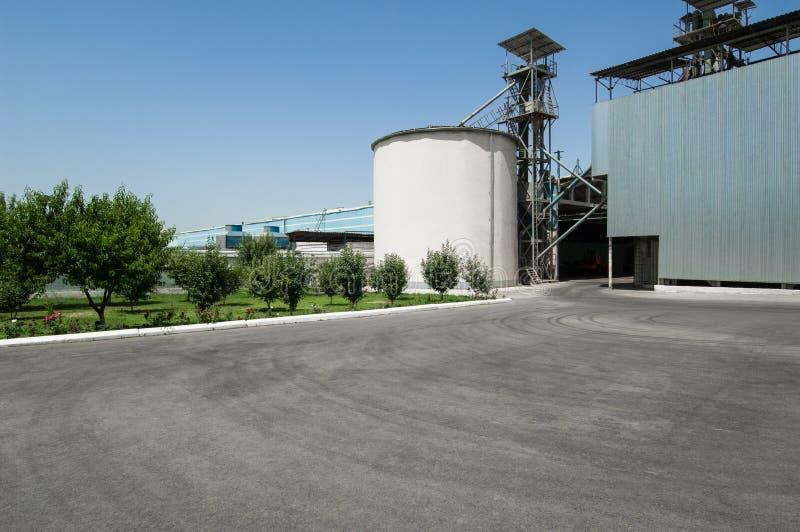 Składowy zbiornik i budynek zdjęcia stock