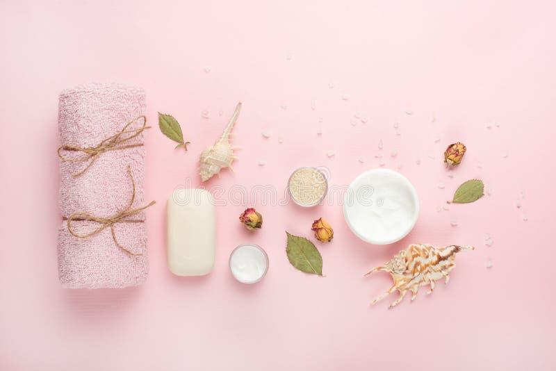 Składu i akcesoriów zdrój, ręcznik, śmietanka, mydło, kąpielowej soli różani płatki obraz royalty free