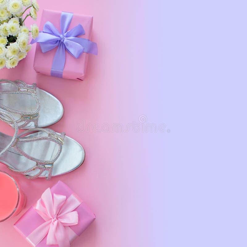 składu mieszkania piękna nieatutowa moda women&-x27; s akcesoriów butów srebra pudełka prezenta łęku przyjęcia koktajl kwitnie obrazy stock