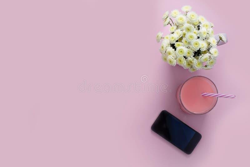 Składu mieszkania tła telefonu komórkowego kwiatów chryzantemy nieatutowego różowego szklanego koktajlu Odgórnego widoku kopii sł obrazy royalty free