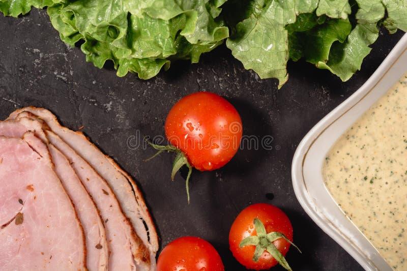 Sk?adniki dla kulinarnego W?oskiego bruschetta na zmroku stole E obrazy stock