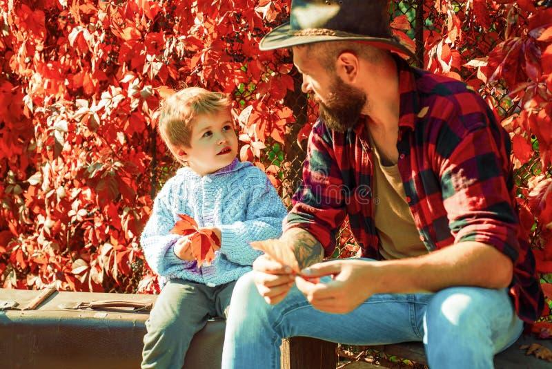Sk?ggig farsa som ber?ttar sonen om att resa Handelsresande med lotterfarenhet Faderskap och uppfostran Familj Tid arkivbild
