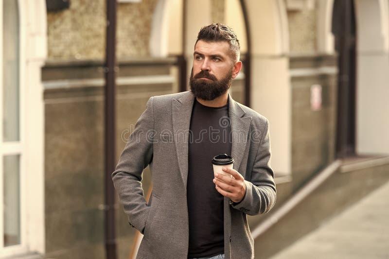 Sk?ggig hipster f?r man som dricker kaffepapperskoppen En mer smutt av kaffe Dricka kaffe p? g? Aff?rsman fotografering för bildbyråer