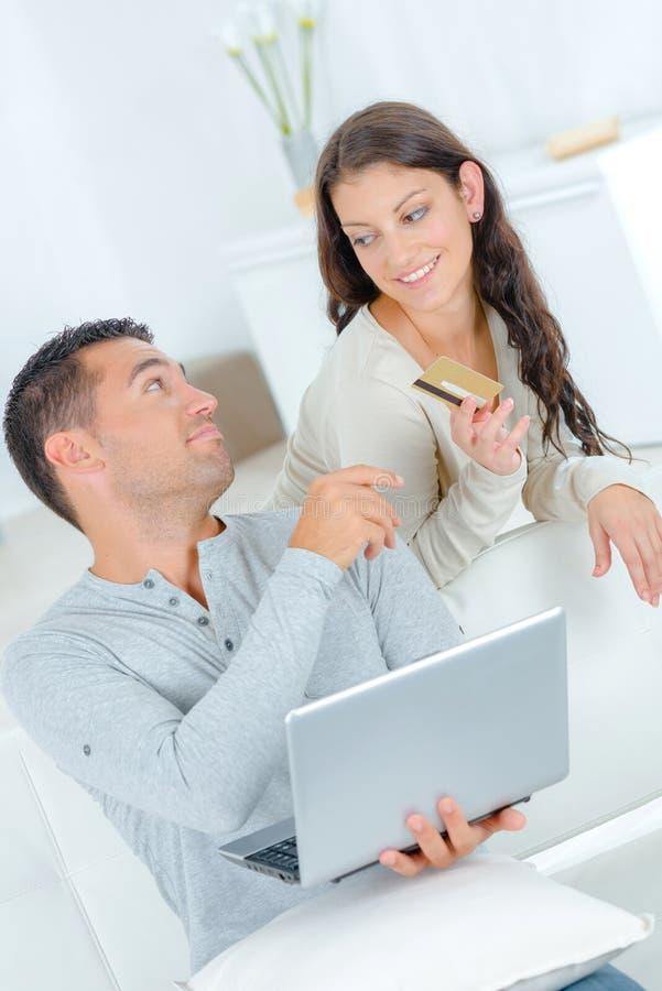 Sk?mtsamma par som argumenterar ?ver on-line shopping royaltyfri foto