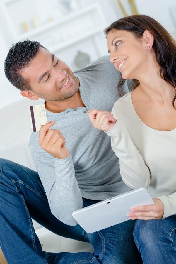 Sk?mtsamma par som argumenterar ?ver on-line shopping royaltyfria foton
