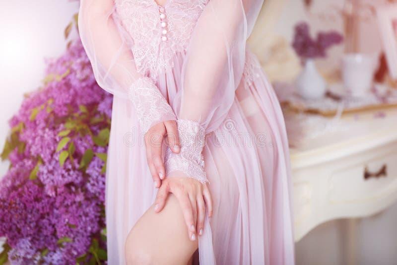 sk?nhet isolerad st?endewhite H?rlig kvinna med sinnliga kanter som sitter bland violetta blommor Sk?nhetsmedel smink parfymeriaf royaltyfri fotografi