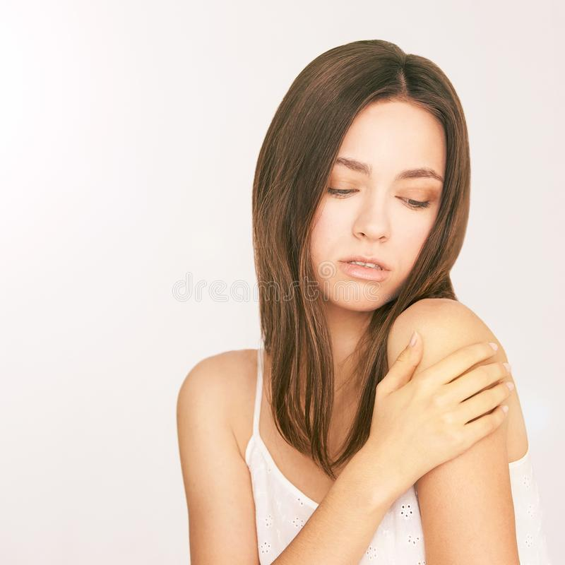 Sk?nhetcosmetologyframsida Ansikts- st?ende f?r flicka Hydrakr?m och injektion Kvinnlig modell f?r dermatologi 15 woman young royaltyfri foto