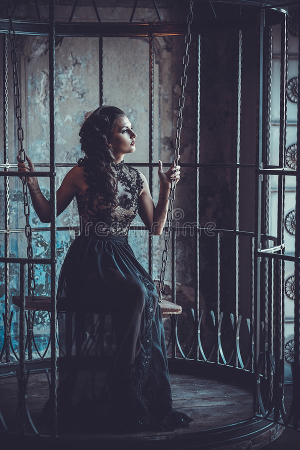 Sk?nhetkvinna i slotten Stilfull flicka f?r lyxigt mode i bur arkivfoto