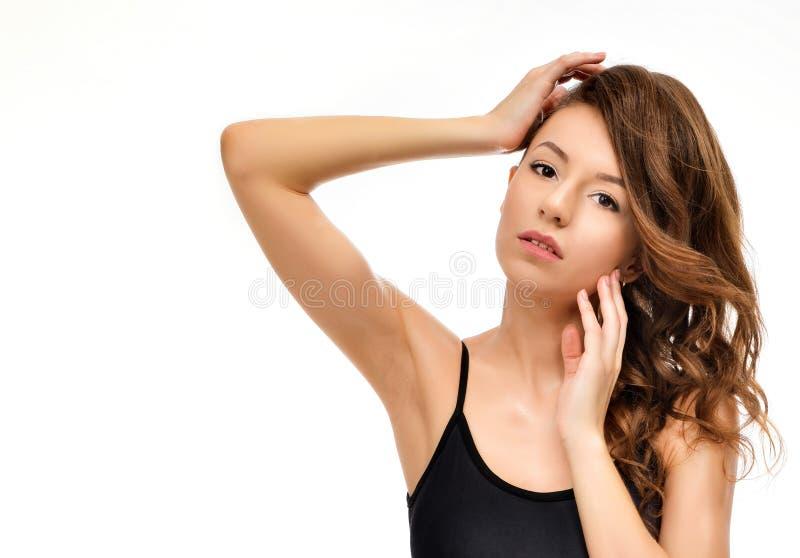 Sk?nhetst?ende av den kvinnliga framsidan med naturlig hud arkivbilder