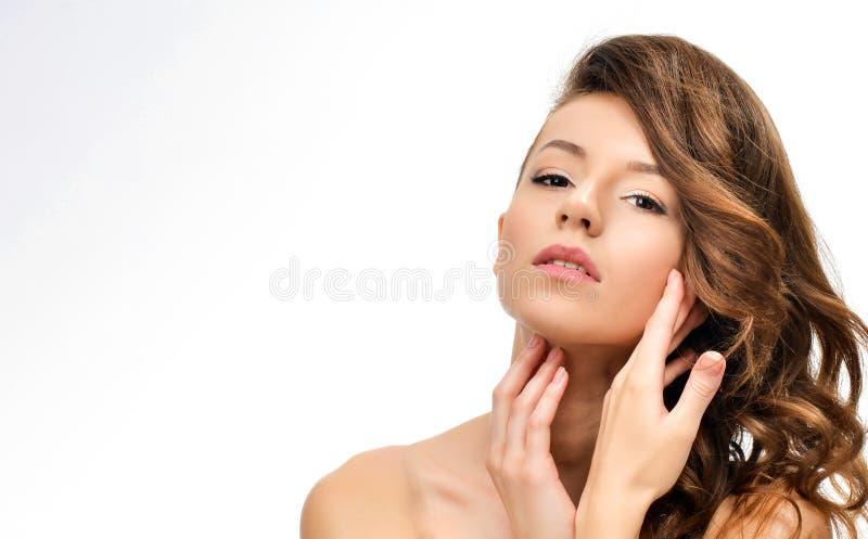 Sk?nhetst?ende av den kvinnliga framsidan med naturlig hud royaltyfri bild
