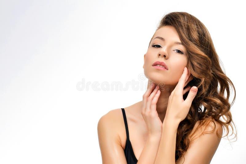 Sk?nhetst?ende av den kvinnliga framsidan med naturlig hud arkivfoton