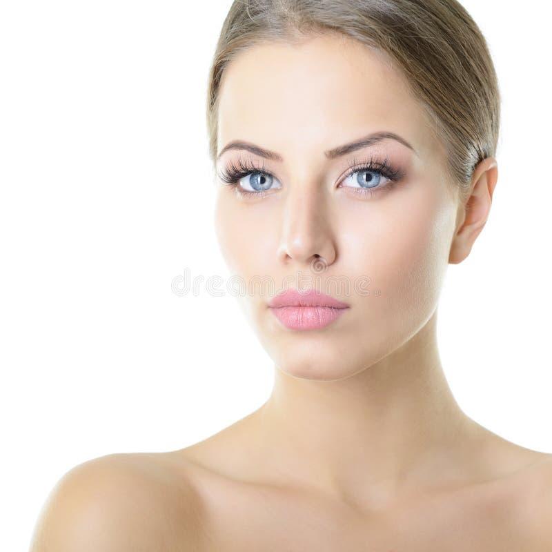 Sk?nhetst?ende av den unga kvinnan med den h?rliga sunda framsidan, dubb arkivfoton