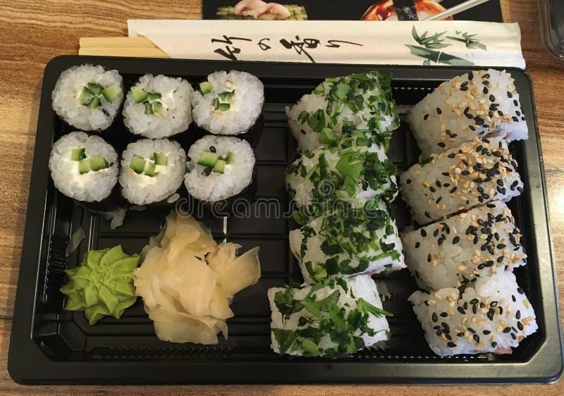 sk?t sushi f?r black set arkivfoto