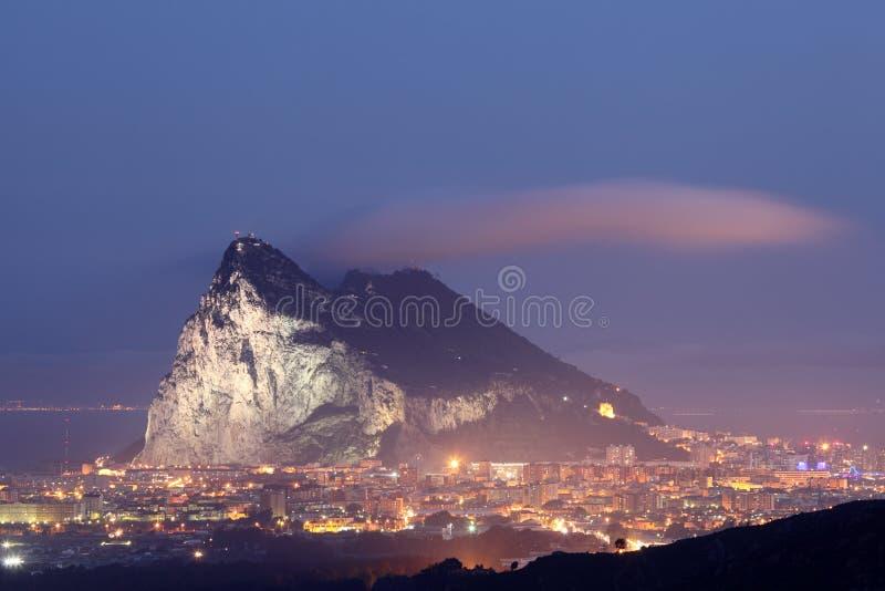 Skała Gibraltar przy nocą fotografia royalty free