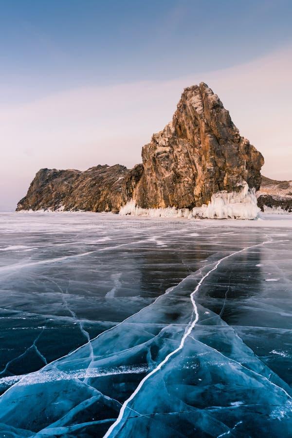 Skała na marznięcie wody Syberia Baikal jeziornym południowym jeziorze obrazy royalty free