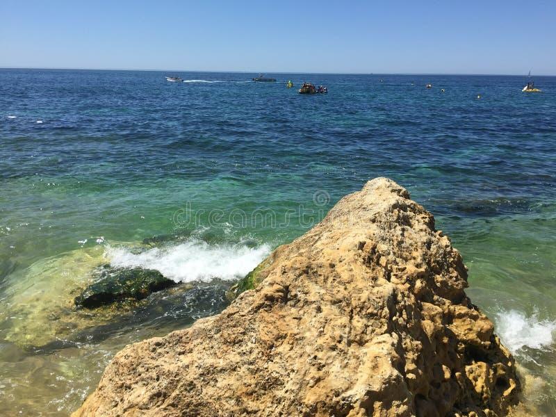 Ska?a na morzu w Algarve w Portugalia obrazy stock