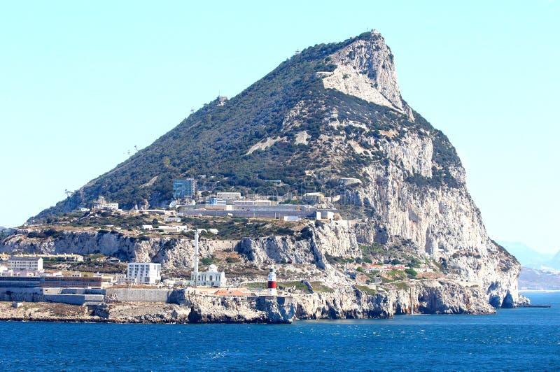 Skała przy Gibraltar miasta widokiem na ocean Brytyjski terytorium Latarnia morska i meczet w przedpolu obraz royalty free