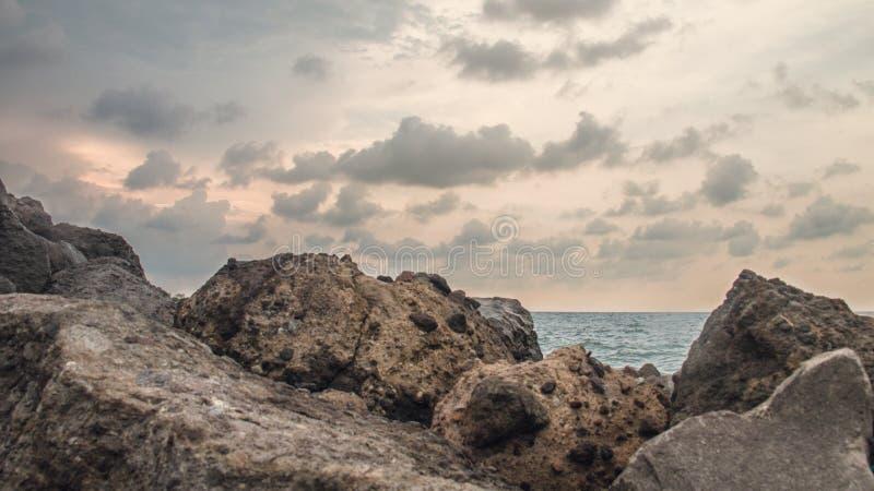 Skała W plaży Przy Marina plażą Semarang Indonezja 4, obraz royalty free